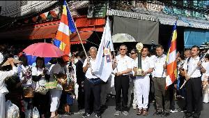 เนืองแน่น! ชาวพุทธรอทำบุญใส่บาตร-ส่งขบวนธรรมยาตรา 5 แผ่นดินข้ามแดนแม่สาย-พม่า