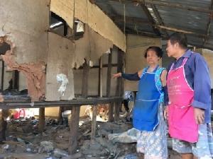 สองผัวเมียชาวอุบลฯ เศร้าอดกลับบ้าน เหตุน้ำท่วมบ้านพังทั้งหลัง