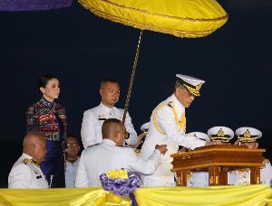 """""""ในหลวง-พระราชินี"""" ทรงประกอบพิธีเจิมเรือหลวงภูมิพลอดุลยเดช เรือรบลำใหม่ของไทย"""