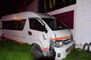 รถบรรทุกไม้หนัก 14 ตันเบรกแตกพุ่งชนรถตู้โดยสาร เจ็บ 8 ราย ก่อนชนรวดรวม 5 คัน