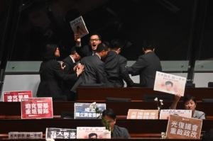 สภาฮ่องกงถูก'ฝ่ายประชาธิปไตย'ป่วนอีก โดนลากออกนอกห้องขณะกวน'ผู้ว่า'วันที่2