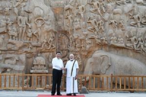 <i>นายกรัฐมนตรี นเรนทรา โมดี ของอินเดีย (ขวา) จับมือกับประธานาธิบดี สี จิ้นผิง ของจีน ระหว่างที่ไปชมโบราณสถานแห่งหนึ่งของเมืองมามัลละปุราม รัฐทมิฬนาฑู ทางภาคใต้ของอินเดีย เมื่อวันศุกร์ที่ 11 ตุลาคม อันเป็นวันแรกที่ผู้นำทั้งสองประชุมซัมมิตกันอย่างไม่เป็นทางการครั้งที่สอง </i>