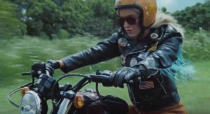 """""""เคที เพอร์รี"""" พลิกลุคเป็นสิงห์นักบิด แว๊นซ์มอไซค์ ตะลุยเที่ยวในเพลง """"Harleys In Hawaii"""""""