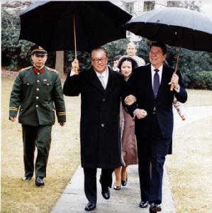 จ้าวจื่อหยาง  กับ โรนัลด์ เรแกน อดีตประธานาธิบดีสหรัฐฯ เมื่อครั้งเยือนทำเนียบขาวในปี 1984 (ภาพเอเจนซี)