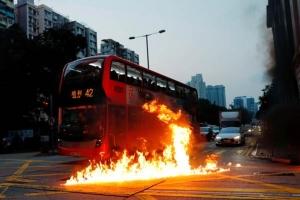 ผู้ประท้วงต่อต้านรัฐบาลปาระเบิดขวดจนเกิดไฟลุกหน้ารถประจำทาง ภาพ 20 ต.ค. (ภาพ รอยเตอร์ส)