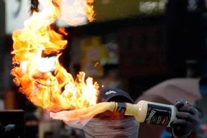 ระเบิดขวดในมือผู้ประท้วงต่อต้านรัฐบาล ภาพ 20 ต.ค. (ภาพ รอยเตอร์ส)