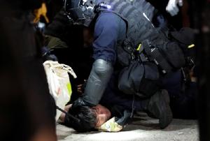 <i>ผู้ประท้วงต่อต้านรัฐบาลผู้หนึ่งถูกตำรวจปราบจลาจลจับกุม </i>