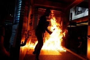<i>ผู้ประท้วงต่อต้านรัฐบาลจุดไฟเผาที่ด้านนอกสถานีรถไฟใต้ดินมองก็อก</i>