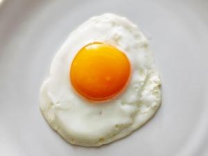 ความสับสนเรื่องไข่ กินไข่ดีหรือไม่ดีต่อสุขภาพ / พลโทนายแพทย์ สมศักดิ์ เถกิงเกียรติ