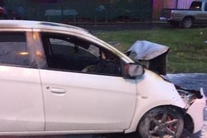 2 สาวขับเก๋งพุ่งชนรถบรรทุกพ่วง 18 ล้อไฟลุกท่วมได้รับบาดเจ็บ โชคดีชาวบ้านช่วยได้ทัน
