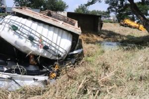 รถบรรทุกเสียหลักพุ่งชนดับ 2 เจ้าหน้าที่แขวงการทางขณะปฏิบัติหน้าที่