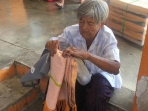 ช่วยยายวัย 81 ปีจากเมืองย่าโม ออกตามหาลูก-หลาน จากบ้านเกิดมาทำงานเหมืองแร่ที่ตะกั่วป่านานหลายสิบปี ยังไร้วี่แวว