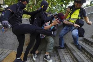 <i>พวกผู้ประท้วงรุมทำร้ายชายผู้หนึ่งที่พยายามห้ามปรามพวกเขาทุบทำลายทรัพย์สินข้าวของ บริเวณใกล้ๆ สถานีตำรวจเขตจิมซาจุ่ย ในฮ่องกง ระหว่างการเดินขบวนประท้วงเมื่อวันอาทิตย์ (20 ต.ค.) </i>