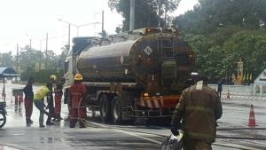 ระทึก! ไฟไหม้รถบรรทุกน้ำมัน เจ้าหน้าที่ระดมฉีดโฟมสกัดกว่า 20 นาที
