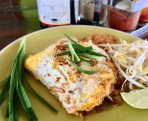 จานเด็ดของร้านอร่อย Good Food ผัดไทยโบราณ สูตรน้ำมะขามเปียก พริกถั่วคั่วป่นเอง