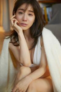 """ภาพเกือบนู้ดโชว์ครึ่งอก """"มินามิ ทานากะ"""" ผู้ประกาศข่าวสาวสุดสวย"""