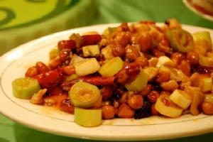 ไก่ผัดถั่วลิสงพริกแห้ง/กงเป่าจีติง ขอบตุณภาพจาก https://zh.wikipedia.org/wiki