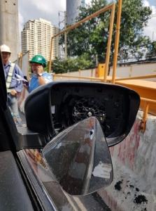 สุดชุ่ย! หนุ่มโอดเหตุถูกวัสดุก่อสร้างรถไฟฟ้าเจริญนครหล่นใส่รถยนต์ วอนผู้เกี่ยวข้องรับผิดชอบ