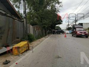 นาทีเฉียดตาย! หนุ่มชุมพรบึ่งกระบะหักหลบแท็กซี่กินเลน รถหมุนชนรั้ว-ต้นมะขาม หวิดพุ่งเข้าบ้านคน
