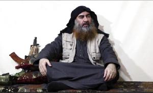 """<i>ภาพถ่ายจากคลิปวิดีโอซึ่งโพสต์บนเว็บไซต์ของพวกหัวรุนแรงแห่งหนึ่งเมื่อวันที่ 29 เมษายน 2019 แสดงให้เห็น ผู้นำกลุ่ม """"รัฐอิสลาม"""" อบู บักร์ อัล-บักดาดี กำลังให้สัมภาษณ์สื่อของกลุ่มของเขา (ภาพจากแฟ้ม)  </i>"""