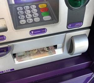 ครูหนุ่มโพสต์ตามหาเจ้าของเงินหมื่นบาท หลังมีคนมากดที่ตู้ ATM แต่ลืมหยิบไป