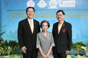 ภาพหมู่จากซ้าย: นพ. ณรงค์ อภิกุลวณิช รองอธิบดีกรมการแพทย์ กระทรวงสาธารณสุข, ศ. เกียรติคุณ พญ. วรรณี นิธิยานันท์ นายกสมาคมโรคเบาหวานแห่งประเทศไทยฯ และนพ.สมเกียรติ ลลิตวงศา ผู้อำนวยการโรงพยาบาลราชวิถี