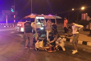 (ชมคลิป) วัดใจกลางสี่แยก! คนขับรถพยาบาลเสพยาบ้าเร่งส่งผู้ป่วย พุ่งชน จยย.ซิ่งฝ่าไฟแดง ปางตาย 2 ราย