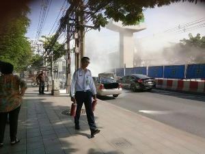 ใจหล่อ! โชเฟอร์หนุ่มคว้าถังดับเพลิงช่วยเหลือรถยนต์ขณะเกิดเพลิงไหม้กลางถนน