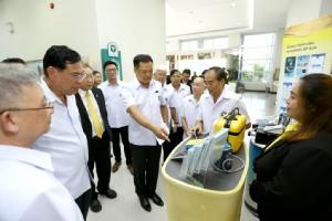 """""""อนุทิน"""" ตรวจกรมวิทย์ชมทำชุดตรวจยีนแพ้ยา ตรวจสารเคมีในผักผลไม้ คุ้มครองสุขภาพคนไทย"""