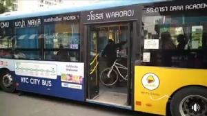 ไล่ออก! คนขับรถเมล์เชียงใหม่ทำร้ายฝรั่ง ชาวเน็ตแฉอีกฝ่ายขึ้น-ลงนอกป้าย ชอบเอาจักรยานมาขวาง