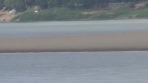 (ชมคลิป) น้ำโขงลดต่อเนื่อง เรือโดยสารข้ามฟากไทย-ลาวมีปัญหา โขดหินเกาะแก่งเกลื่อน