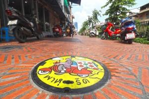 """""""ฝาท่อลายศิลป์"""" มิติใหม่ทางเท้าไทย เติมสีสันชวนมองริมคลองโอ่งอ่าง"""