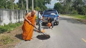 ชื่นชม ! พระช่วยกันซ่อมถนนทางเข้าวัดถ้ำเสือ อำนวยความสะดวกนักท่องเที่ยว – ประชาชน
