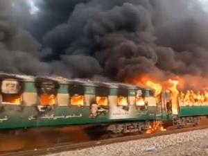 ไฟไหม้รถไฟปากีสถาน ตาย 65 เหตุผู้โดยสารแอบจุดเตาแก๊สทำอาหาร