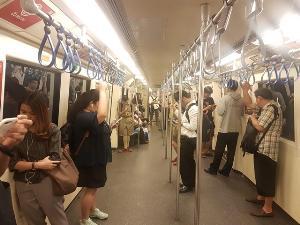 รุมประณาม! ชายโรคจิต สำเร็จความใคร่สาวใส่กระโปรงกลาง MRT สุขุมวิท