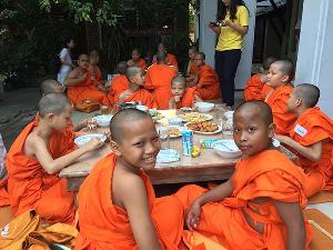 """""""โก้-ซาร่า-ผิง"""" ร่วมบุญใหญ่ โครงการปลูกต้นกล้าฯ ปี 4 นำเยาวชนบรรพชาที่อินเดีย"""