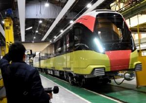ชมรถไฟฟ้า 'แก้วมังกร' สีสันสุดจี๊ดจากโรงงานฝรั่งเศสก่อนใช้วิ่งในฮานอย