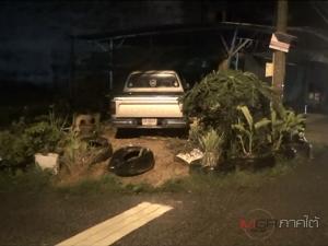 ชายชราขับกระบะฝ่าฝนเฉี่ยวรถจอดริมทาง พุ่งชนร้านก๋วยเตี๋ยวโชคดีปลอดภัย