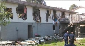 ภาพสุดอึ้ง! ตร.สหรัฐฯ ล่าระห่ำโจรขโมยเสื้อ ถล่มบ้านผู้บริสุทธิ์พังพินาศ (ชมคลิป)