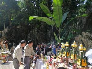 คนตรึม! กรมอุทยานฯ ตั้งโต๊ะบวงสรวงเปิดถ้ำหลวง รับนักท่องเที่ยวชมโถงแรกแล้ว