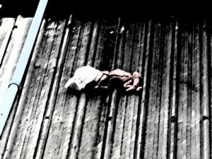 สาวลาวทิ้งศพลูกจากดาดฟ้าโรงงานค้างบนกันสาด อ้างเด็กตายตั้งแต่ในครรภ์