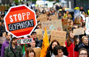 """การประท้วงต่อต้าน """"ไกลโฟเซต"""" ในเมืองบอนน์ของเยอรมนี เมื่อเดือนเมษายน 2019 ซึ่งสะท้อนให้เห็นถึงอันตรายของสารเคมีชนิดนี้"""