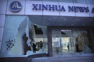 """InPics&Clip: เก็บกวาดเริ่มต้นหลัง """"ประท้วงฮ่องกง"""" ทุบทำลาย """"สนง.ข่าวซินหวา"""" ของจีน ล็อบบี้ถูกจุดไฟ-กระจกด้านหน้าแตกละเอียด กว่า 200 ถูกจับ"""