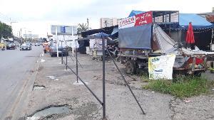 มาเฟียจ่อฮุบ!? พ่อค้าตลาดรถไฟพิษณุโลกโวย มือมืดตอกพุกติดแผงเหล็กกั้นร้านยันทางม้าลายหน้า ร.ร.ดัง