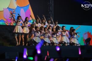 """ดอกไม้บานสะพรั่ง! BNK48 รุ่น 2 ร้อง-เล่น-เต้น-โชว์ คอนเสิร์ตใหญ่ """"ออม"""" โผล่เซอร์ไพรส์"""