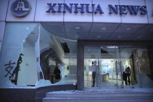 สื่อฮ่องกงประณามม็อบต่อต้านรัฐบาล ทำลายทรัพย์สิน-บุกสำนักข่าวซินหวา