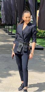 เมื่อต้องลุยก็พร้อมในชุดสูทเข้าชุดสีดำ รองเท้าผ้าใบและงานเก๋ต้องมาด้วยกระเป๋าคาดเอวของ Fendi