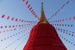 องค์เจดีย์ภูเขาทองในช่วงงานพิธีห่มผ้าแดง