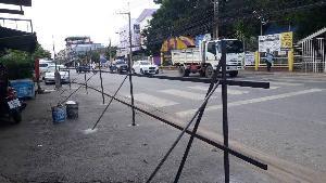 เทศบาลฯ ส่ง จนท.ตัดแผงเหล็กตอกพุกยึดติดถนนส่อฮุบตลาดรถไฟเมืองสองแคว แต่รื้อไม่สุด!
