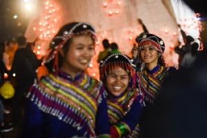 ชมภาพเทศกาลลอยโคม 'ตาซองดาย' ในรัฐชาน ชาวพม่าแห่ร่วมงานร้องรำครึกครื้น